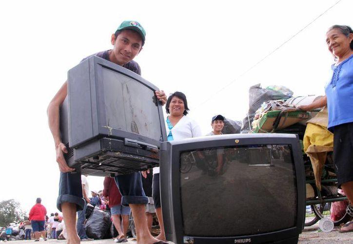 La SCT indica que los televisores analógicos tienen un consumo de electricidad mucho mayor que los nuevos aparatos capaces de recibir la señal digital. (Archivo/SIPSE)