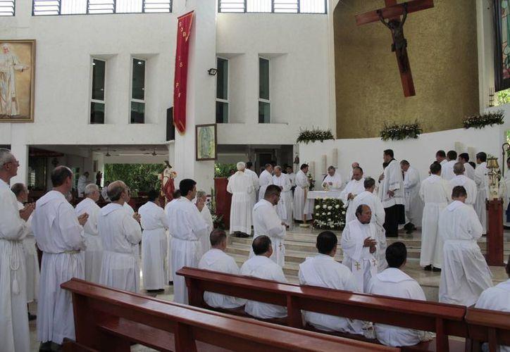 En la Catedral de la Santísima Trinidad se celebró la misa. (Tomás Álvarez/SIPSE)
