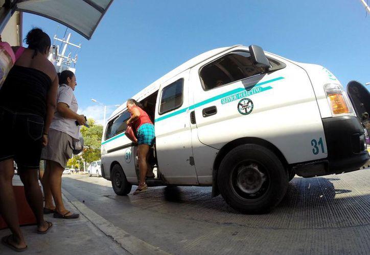 """En un mes empezará a operar la ruta noctura """"de prueba"""" que realizarán cinco combis del sindicato de taxistas.  (Adrián Monroy/SIPSE)"""