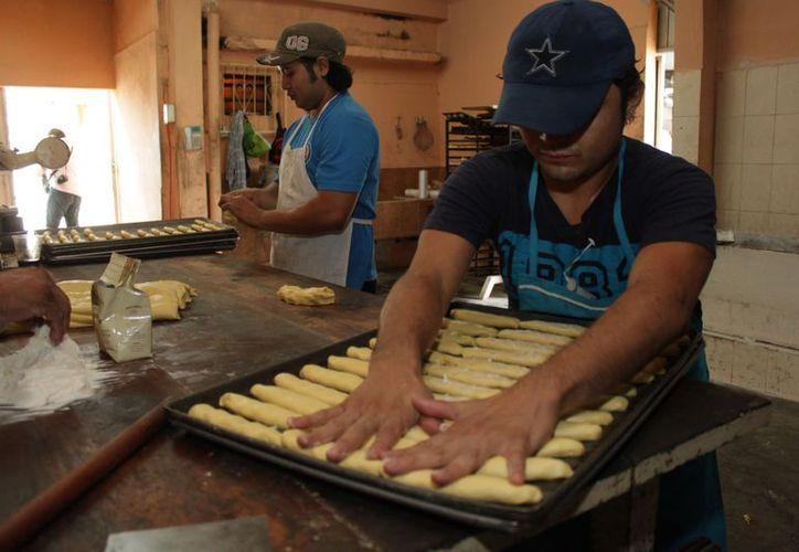 La jornada comienza a las siete de la mañana, ya abastecidos con harina de trigo, huevo, mantequilla, sal, azúcar, vainilla, leche, levadura y mejorante. (Francisco Sansores/SIPSE)