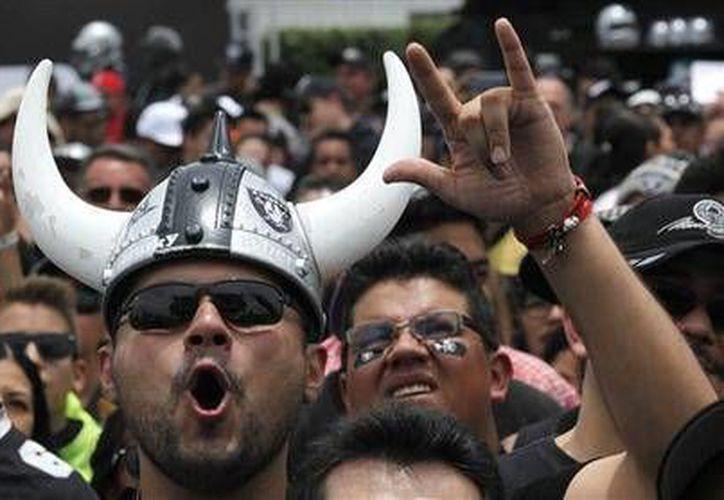 Numerosos fanáticos de Raiders de Oakland participaron este sábado en un evento del equipo de la NFL, en el estadio Azteca de la CDMX (AP)
