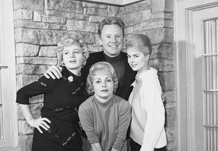 Foto de archivo de los actores Van Johnson (al fondo, al centro), y, de izquierda a derecha: Shelly Winters, Janet Leigh y Martha Hyer. (Foto: AP)