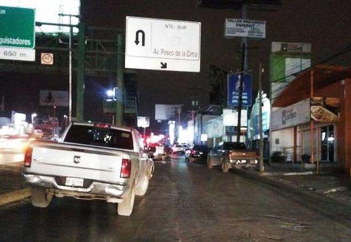 Imagen del lugar donde asesinaron al agente del Ministerio Público Federal, Miguel Huerta Rosales, en la avenida Paseo de los Leones, a la altura de Paseo de la Cima, en Monterrey, Nuevo León. (Milenio)
