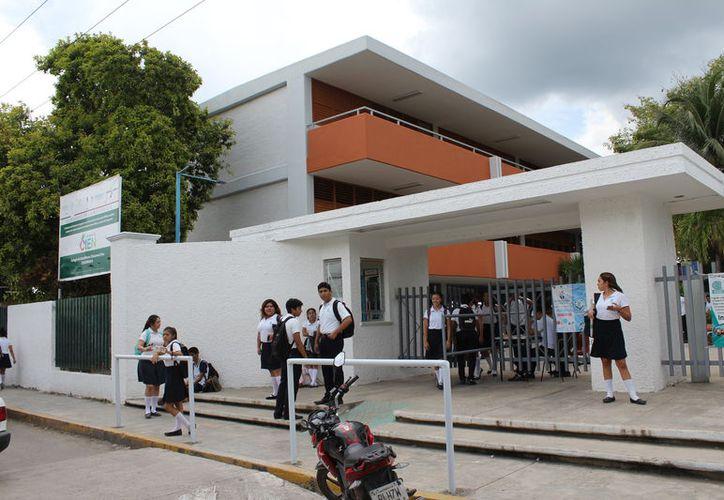 Un hecho que ha sido muy reprochado por los trabajadores es la eliminación de murales históricos en varios planteles. (Joel Zamora/SIPSE)