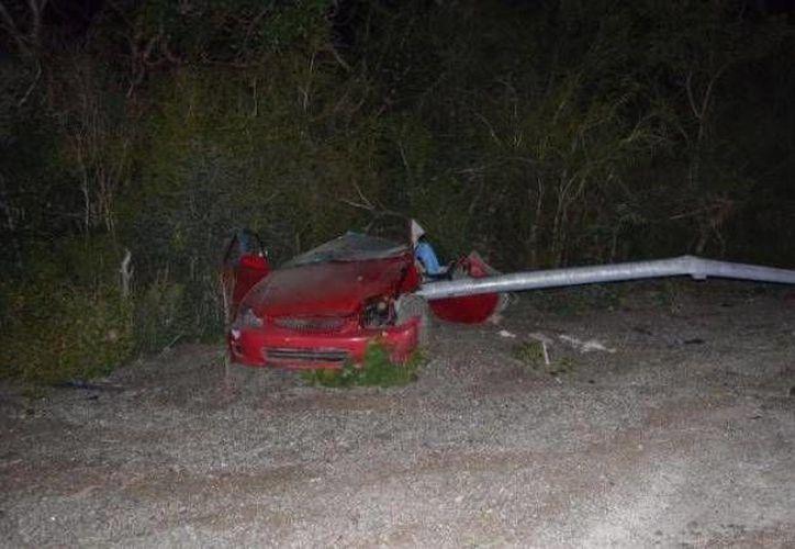 Luego de chocar el vehículo se partió en dos por la fuerza del impacto, en la carretera Mérida-Progreso. (Óscar Pérez/SIPSE)