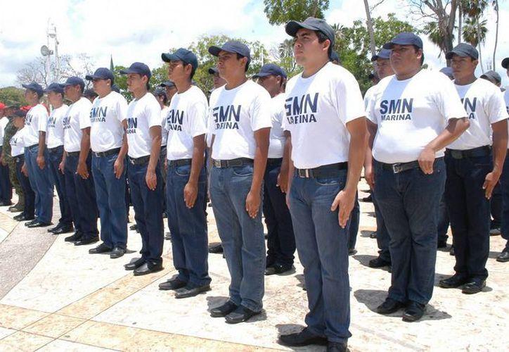Jóvenes se comprometen a honrar al Lábaro Patrio  durante su servicio. (Redacción/SIPSE)