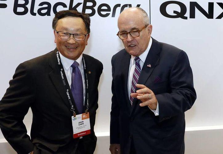 Imagen del presidente y director ejecutivo de Blackberry, John Chen, (izq) y el futuro asesor de ciberseguridad de EU, Rudy Giuliani (der), el pasado 5 de enero de 2017, en Las Vegas. (Jack Dempsey / AP Imágenes para Blackberry)