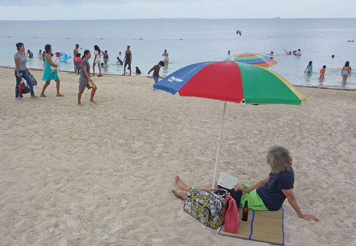 Las playas de Cancún concentraron un gran número de personas durante el primer día del año 2018. (Jesús Tijerina/ SIPSE)