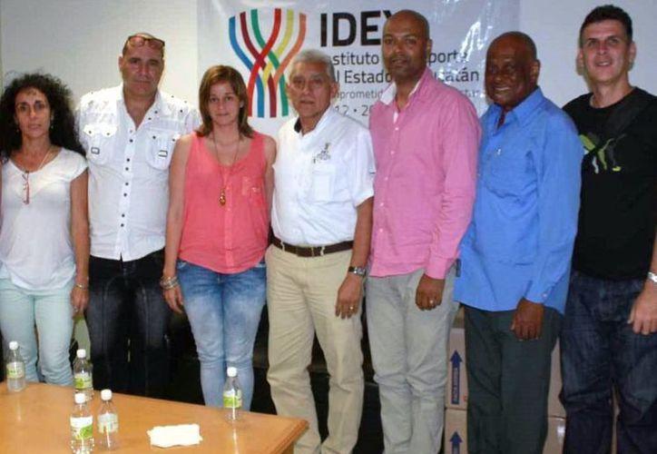 Equipo de entrenadores cubanos que arribaron ayer para trabajar con los deportistas yucatecos. (Milenio Novedades)