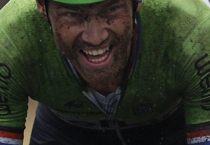 """Lars Boom, """"El largo de Vlijmen"""", entró en solitario en la localidad minera de Arenberg con la cara negra, embarrada, pero muy feliz. (Foto: AP)"""