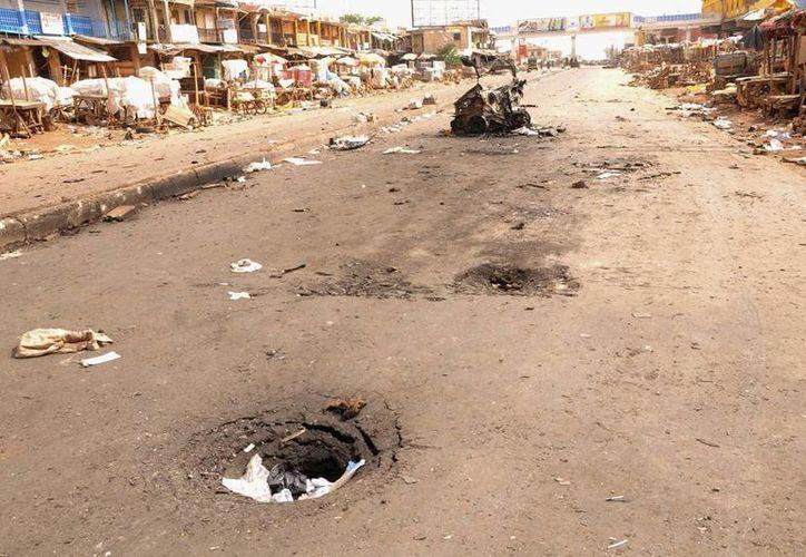 Boko Haram ataca a un restaurante y una mezquita en Jos. Vista de una carretera dañada tras la explosión, la semana pasada, de dos coches bomba en un mercado en Nigeria. (EFE/Archivo)