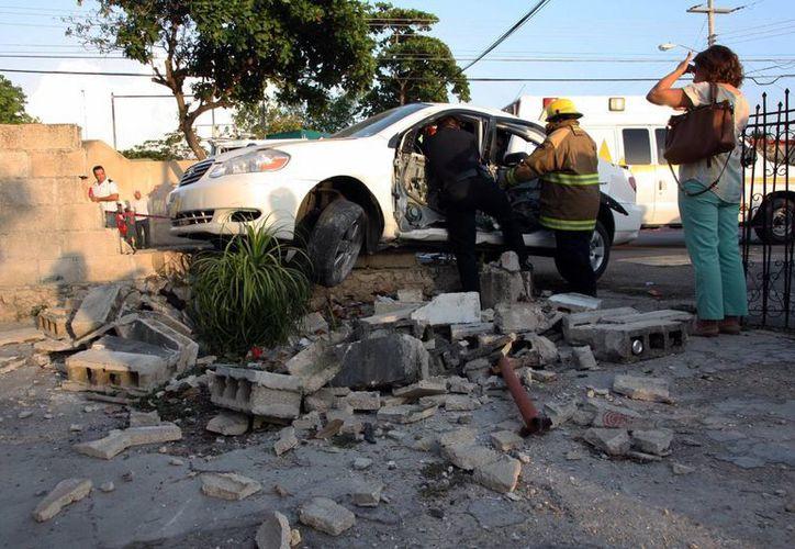 El vehículo que manejaba Diego Fuentes Cepeda, hijo del ex alcalde Manuel Fuentes Alcocer, se impactó contra la barda de un predio en la colonia Yucatán. (Martín González/SIPSE)