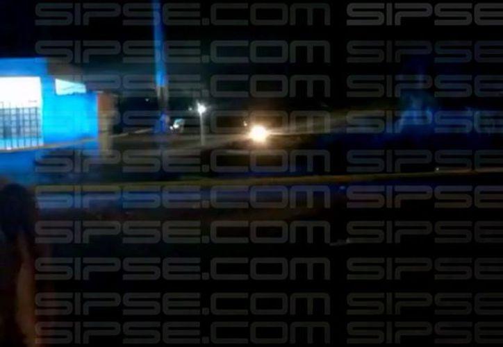 Testigos afirman que el cuerpo fue abandonado por personas que abordaban una camioneta. (Foto: Redacción/SIPSE).