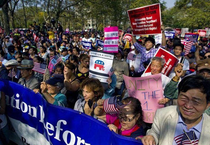 De aprobarse la reforma migratoria, unos 11,000 migrantes ilegales adquirirán su naturalización. Imagen de las protestas de ayer a favor de la reforma. (Agencias)