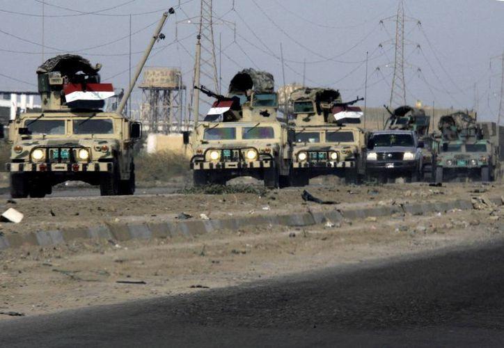 Fuerzas de seguridad acuden a revisar la cárcel de Taji, donde atacantes detonaron bombas y lanzaron rondas de mortero. (Agencias)