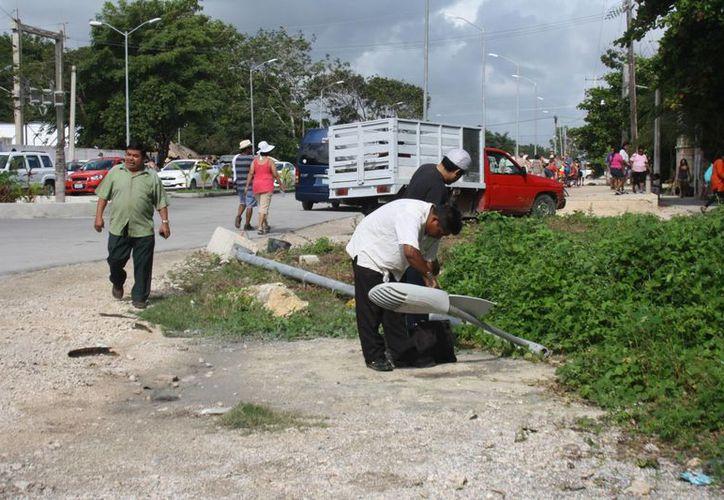 Ya fue derribado un poste de alumbrado público por alguna unidad vehicular.(Sara Cauich/SIPSE)