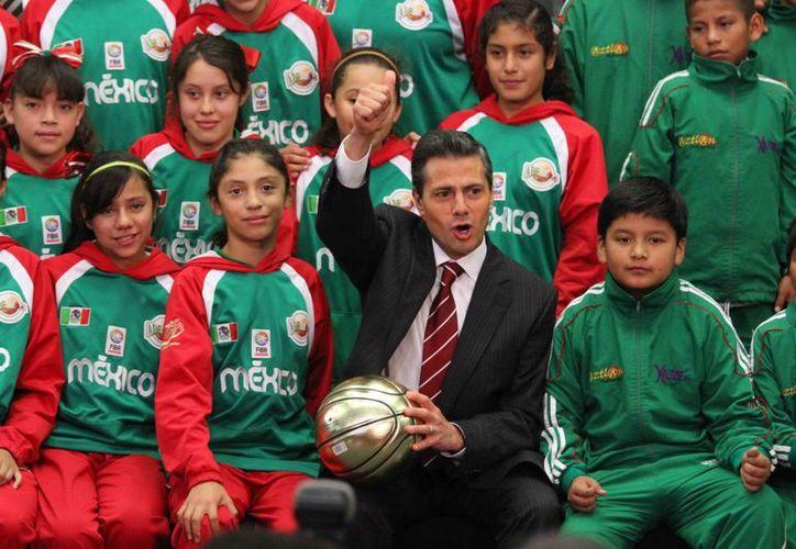 Los campeones de Puebla y de Oaxaca, con el presidente Enrique Peña Nieto. (Notimex)
