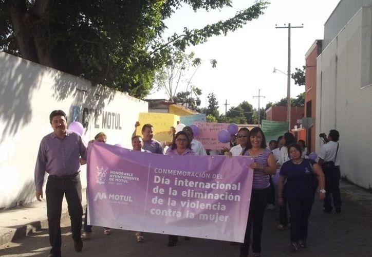 La marcha en Motul, encabezada por el Alcalde y la Presidenta del DIF Municipal. (Cortesía)