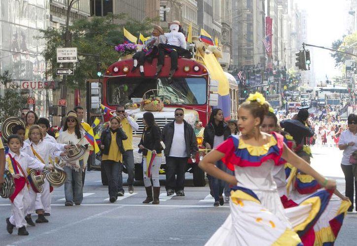 Adultos y niños, banderas en mano, se colocaron a lo largo de la Quinta Avenida para saludar a unas 5.000 personas y carrozas que recorrieron unas 30 calles. (EFE)
