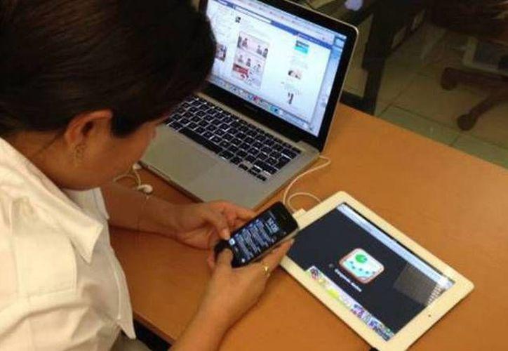 En internet existen diversos grupos que incitan al trolleo o bullying cibernético. Imagen de contexto de una joven con diferentes dispositivos. (Archivo/SIPSE)