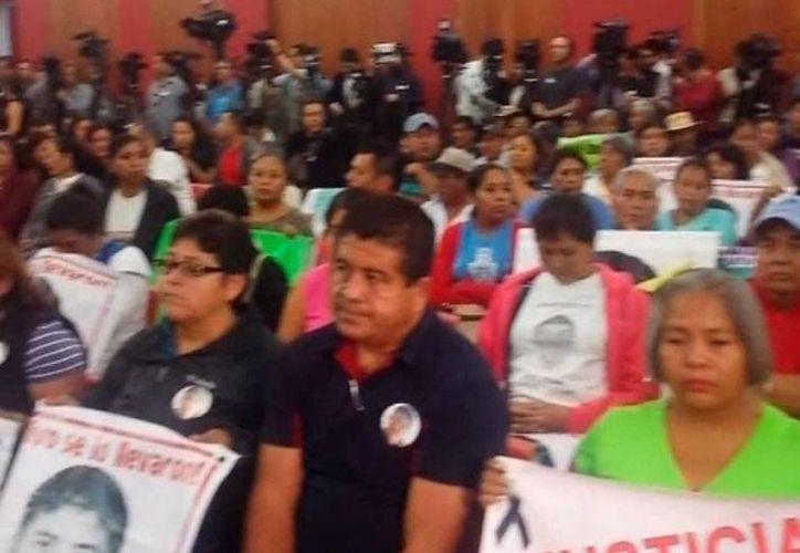 Padres y familiares presentes en el informe de CIDH sobre el caso Ayotzinapa protestaron en silencio por los meses transcurridos, tras la desaparición de 43 normalistas. (Twitter @Centro Prodh)