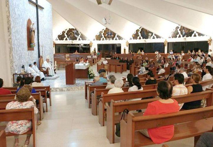 El Arzobispo Emérito de Yucatán, Emilio Carlos Berlie Belaunzarán, ofició una misa para celebrar su cumpleaños número 77, en la iglesia de María Inmaculada. (José Acosta/SIPSE)