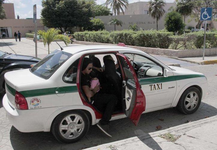 Recomiendan a la ciudadanía reportar a los taxistas al número 880 69 90 con el número de placa o de taxi. (Tomás Álvarez/SIPSE)