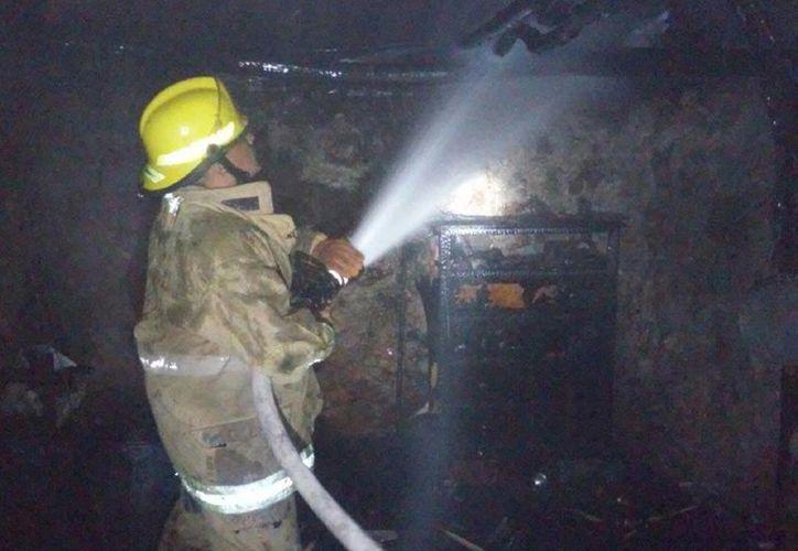 Intensa labor de los bomberos para sofocar el fuego en una vivienda. Foto de contexto. (Milenio Novedades)