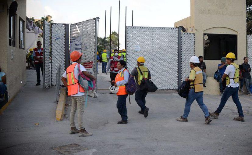 Los trabajadores de la construcción se quedaron sin empleo al pararse las obras. (Karim Moisés/SIPSE)