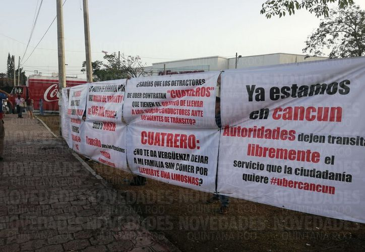 """Los manifestantes colgaron mantas en las que denuncian ser víctimas de los llamados """"cuatreros"""". (Alejandro Castro/SIPSE)"""