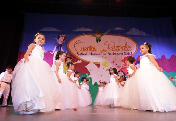 Los egresados bailaron el tradicional vals de graduación. (Redación/SIPSE)