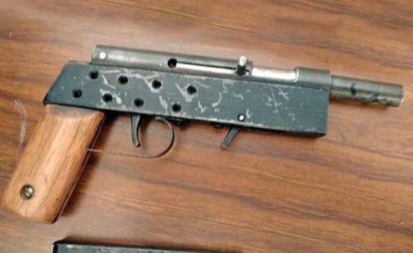 La metralleta calibre .22, de fabricación casera, fue encontrada gracias a una inspección de los mismos maestros del plantel. (Excelsior)