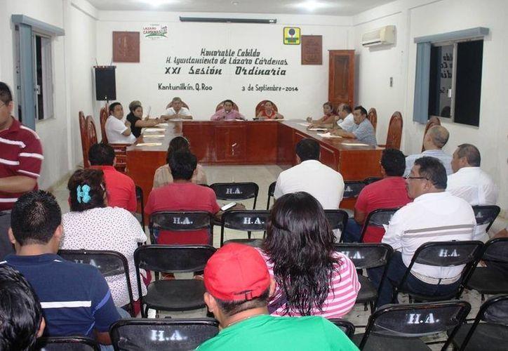 El Cabildo durante la vigésima primera sesión ordinaria de Cabildo. (Raúl Balam/SIPSE)