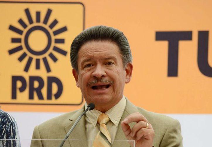 """Carlos Navarrete dijo que cierra un ciclo iniciado el 4 de octubre pasado cuando asumió la presidencia del PRD, y que a partir de mañana podrá """"dormir tranquilo"""". (Archivo/Notimex)"""