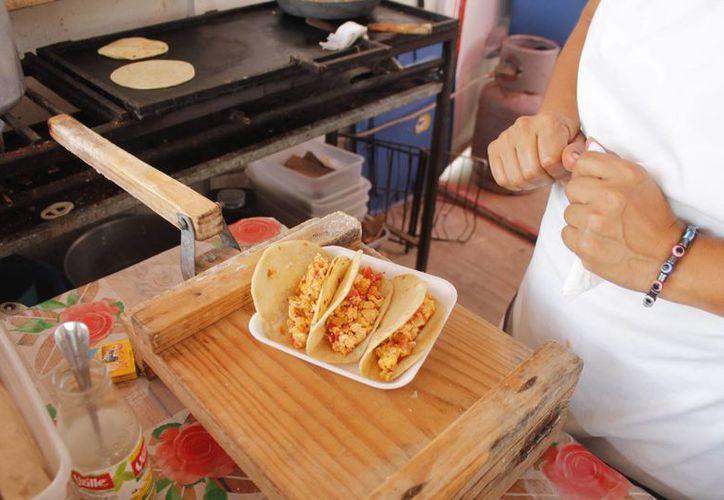Los 220 expendios en escuelas son revisados periódicamente y se hacen muestreos de los alimentos. (Jesús Tijerina/SIPSE)