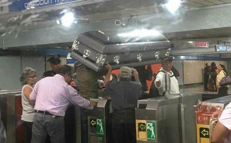 Ingresan con ataúd a Metro de la Ciudad de México