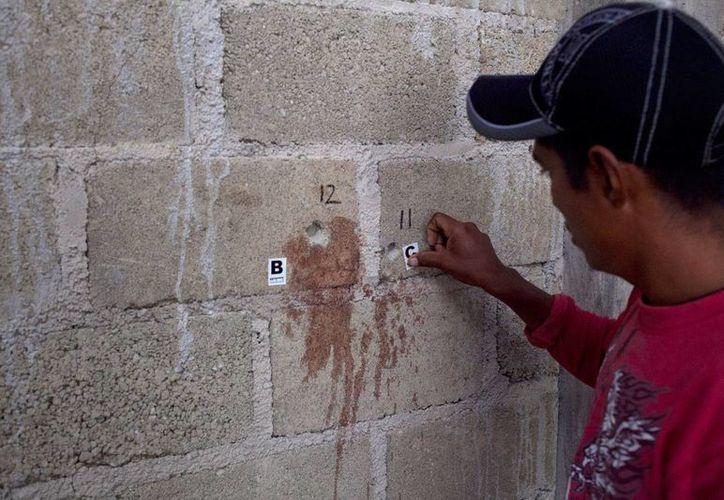Las marcas de los disparos en una bodega de Tlatlaya, donde militares mataron a 22 personas. (Miguel Dimayuga/proceso.com.mx)