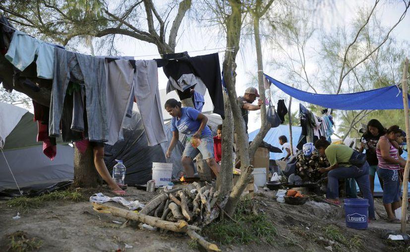 Migrantes en un albergue en Matamoros, México. (AP Foto/Eric Gay, Archivo)