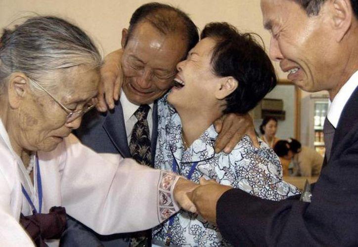 Cientos de familias alejadas desde hace años tras la guerra en la península coreana se reunirán próximamente. (Archivo Agencias)