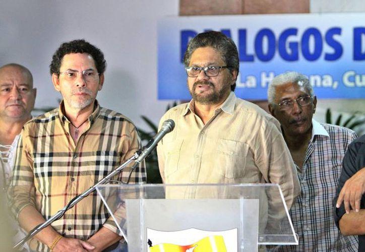 """El segundo jefe de las FARC y líder de los delegados de la guerrilla, Luciano Marín (c), alias """"Iván Márquez"""", durante una rueda de prensa. (EFE/Archivo)"""