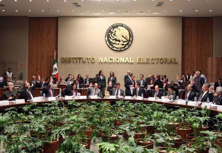 En sesión extraordinaria, el INE determinó que los partidos políticos que opten por una coalición en 2015 deberán sujetarse a los topes de campaña. (Notimex)