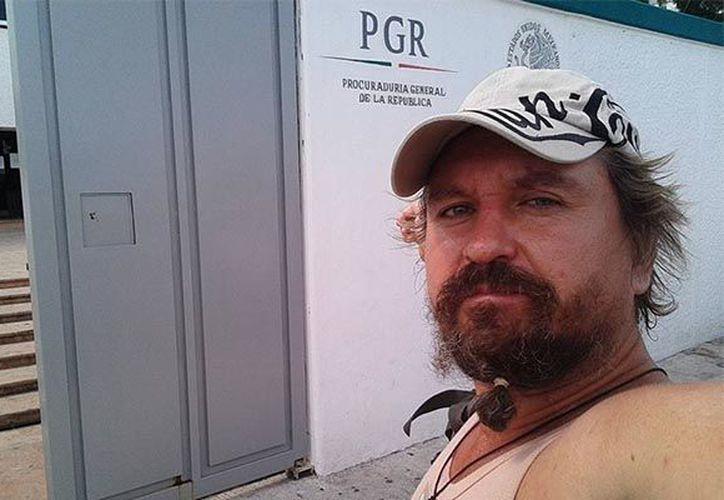 Aleksei Makeev, el ruso que casi fue linchado por ciudadanos de Cancún por sus videos racistas, enfrenta tres investigaciones en su contra. (Internet)