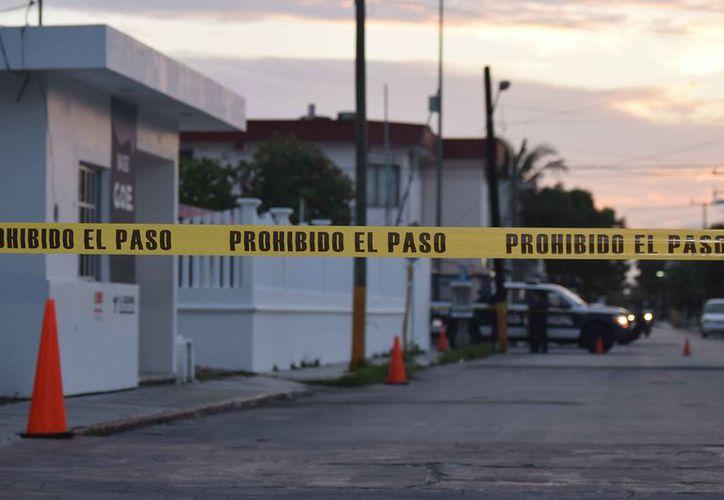 Peritos en criminalística de la FGE recogieron en el sitio tres ojivas completas y tres más fragmentadas. (Foto: Gustavo Villegas/SIPSE)