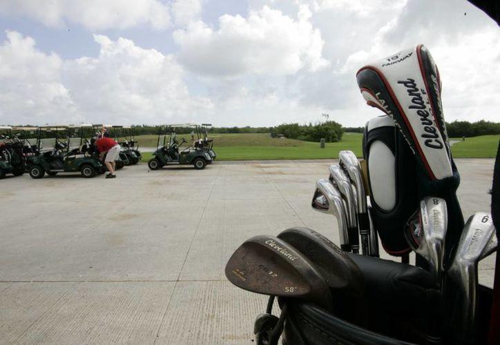 Durante 2012, el segmento de turismo de golf dejó a Cancún y Riviera Maya nueve millones de dólares en las más de 60 mil rondas que se jugaron en los 16 campos. (Tomás Álvarez/SIPSE)