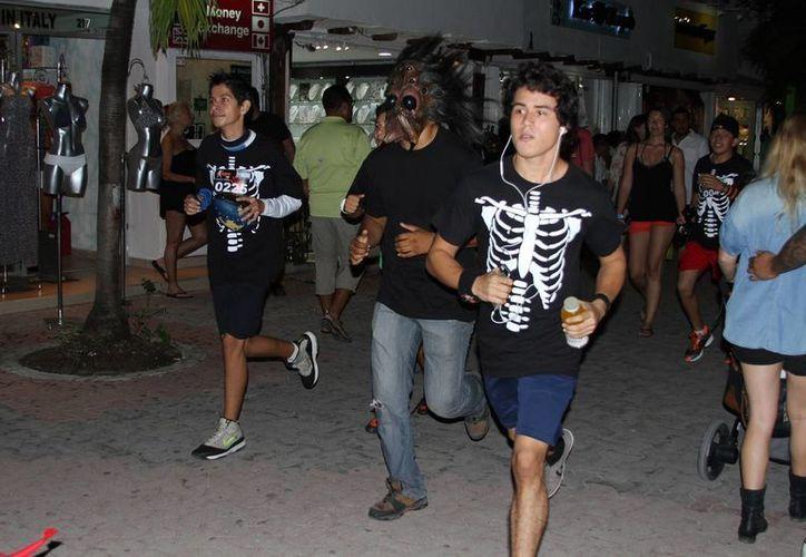 zombies, monstruos o cualquier otro personaje de terror fueron los que corrieron los cinco kilómetros. (Rafael Acevedo/SIPSE)