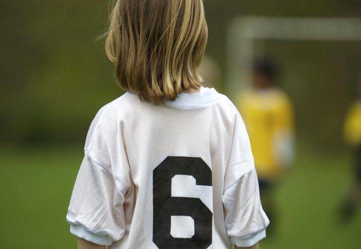 En un principio se dijo que varios futbolistas juveniles habían sido víctimas de abusos sexuales en Inglaterra. El rango de edad ha crecido y también se dice que el problema está en otros deportes. (Foto de contexto tomada de pysnnoticias.com)