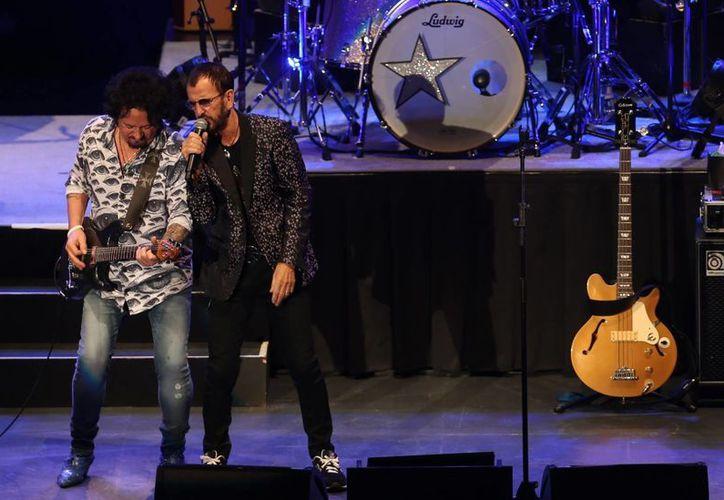 Ringo Starr, quien en la foto aparece en un concierto reciente en el Auditorio Nacional, festejará este martes en grande por cumplir 75 años de vida.  (Notimex)