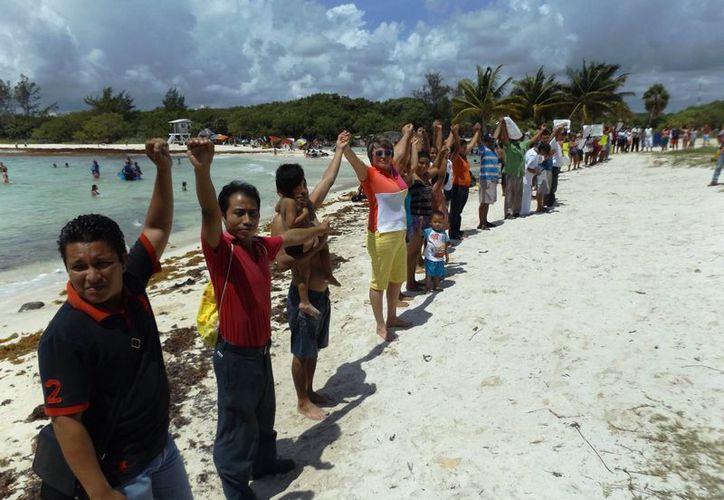 Los manifestantes piden que se mantenga como pública tanto la playa como el acceso a ella.  (Daniel Pacheco/SIPSE)