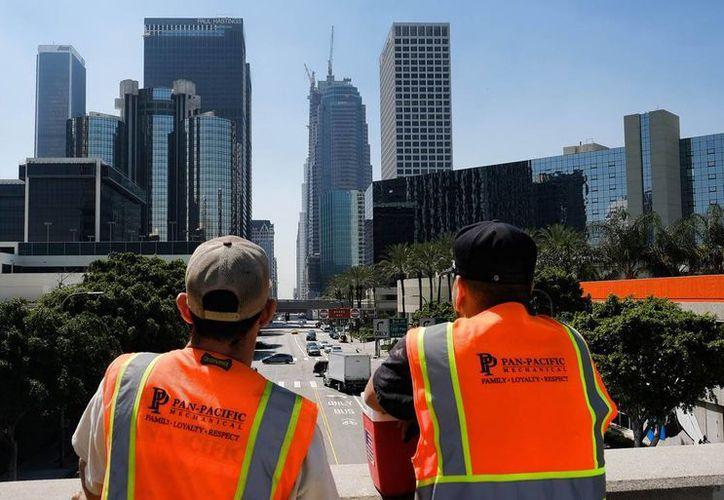 Un electricista que laboraba apenas en su segundo día en lo que será el rascacielos más alto de Los Ángeles murió al caer más de 50 pisos. (AP)