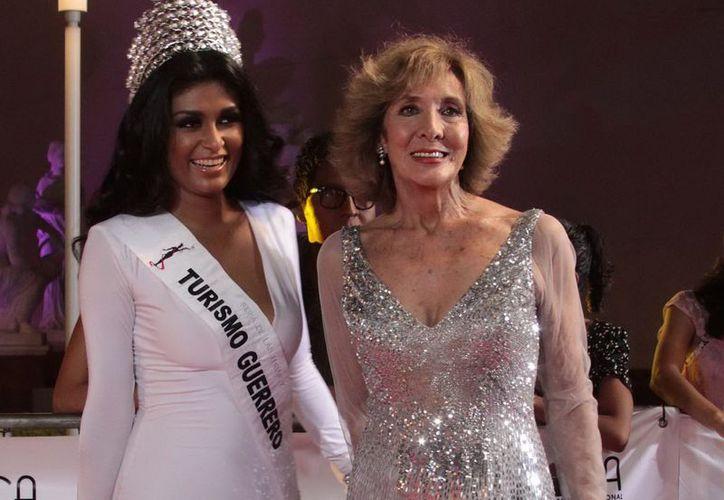 La señorita Turismo de Guerrero y la actriz Lorena Velázquez (d), en la alfombra roja del VIII Festival Internacional de Cine del puerto. (Archivo Notimex)